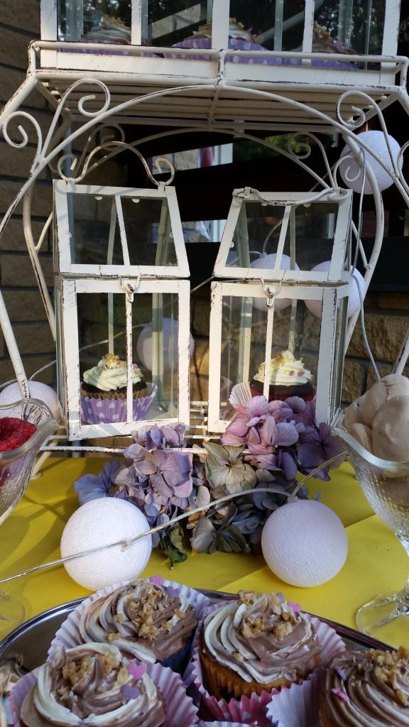 Māsa smuki ieslēdza kūciņas mazos būrīšos. *** My sister locked down the cupcakes in cute, white cages.