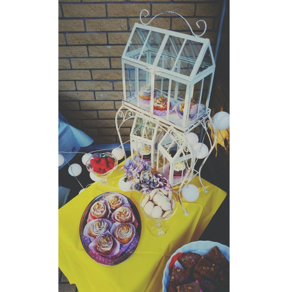 Mana māsa ir sava amata meistars un, kā jau īstens pasākumu rīkotājs, viņa parūpējās par īpaši brīnišķīgu noformējumu manis radītajiem gardumiem. Vēl sarūpēju mandeļu cepumus uzkodām un paipildināju visu ar siera-šokolādes plātsmaizīti. *** My sister is a true master of her event planner business and that is why she made my cupcakes look even better with a very original presentation of the sweets table. In addition to marble cupcakes, I also made a bunch of almond biscuits and cheesecake brownie.
