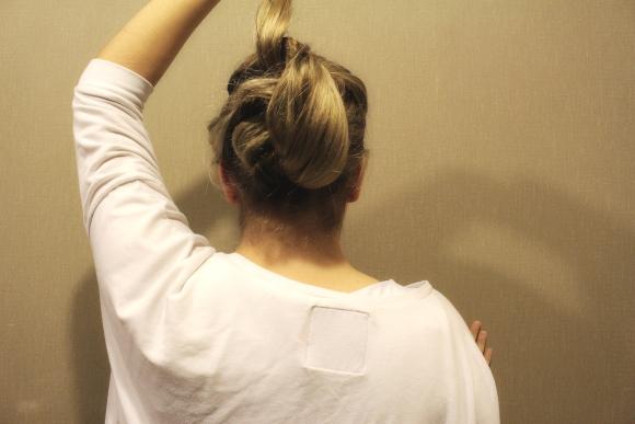 Pāri palikušos astes matus vienkārši paceļ augšā un izver caur augšējo asti. Tad izvērtos matus uzmanīgi izkārto pa visu frizūru.