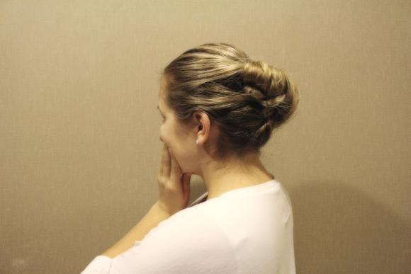 Nekārtīgos matiņus piestiprina ar matadatām kopējam veidojumam.